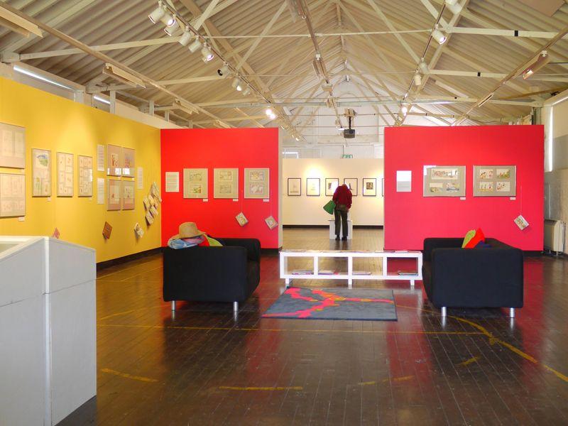 Exhib,-hockney-in-distance
