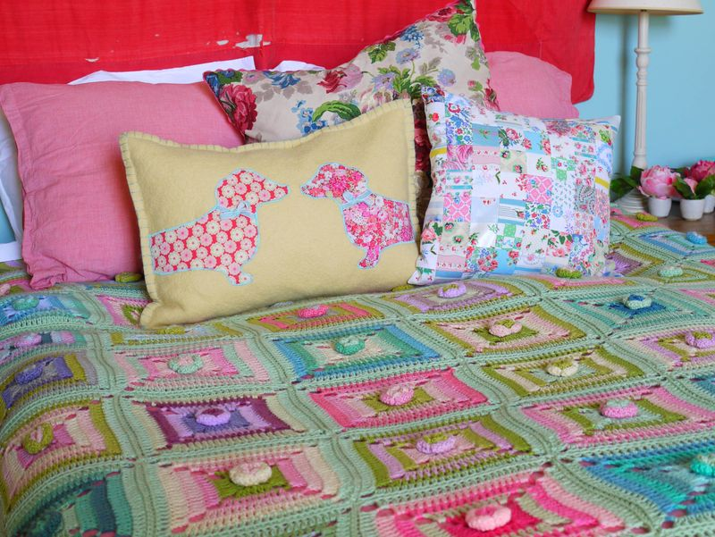 2-cushions-on-bed
