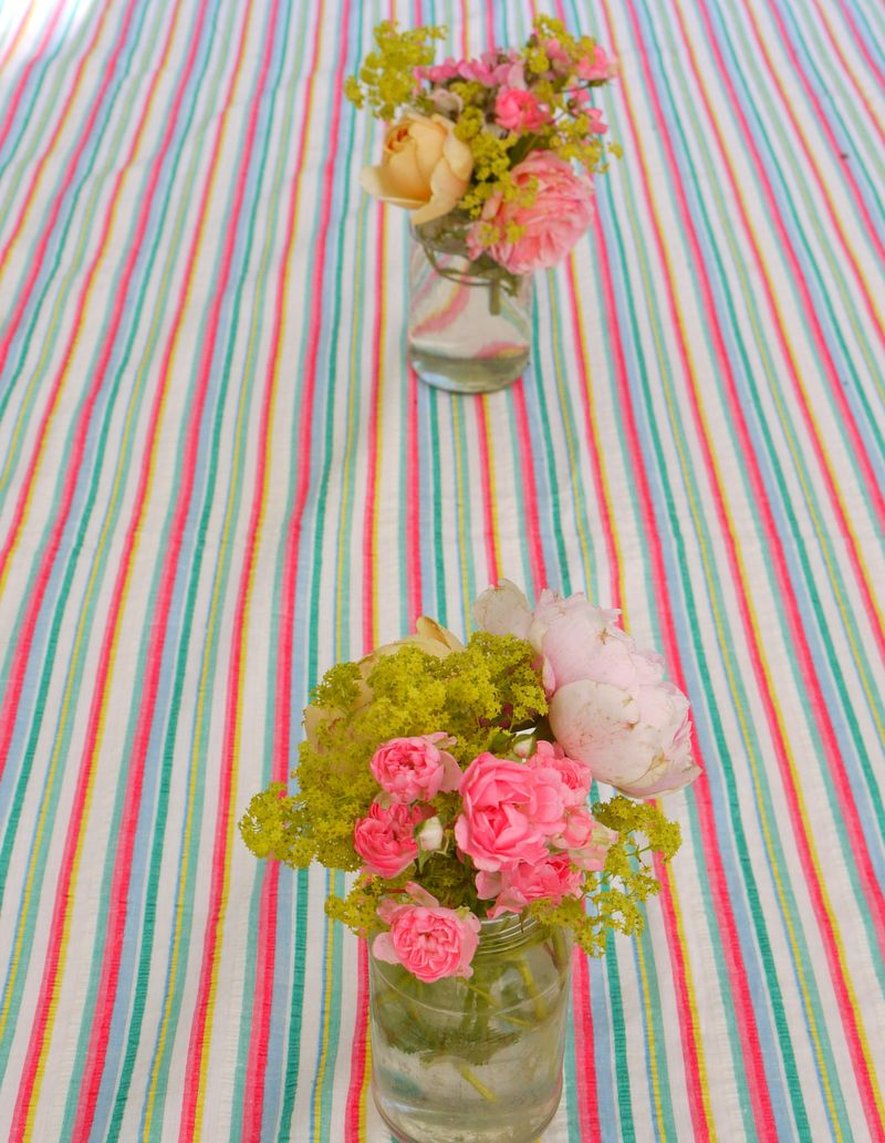 Flowers-on-stri-tbl-cloth,-