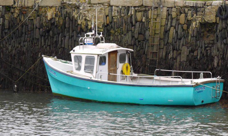 Boat,-turq,-stones